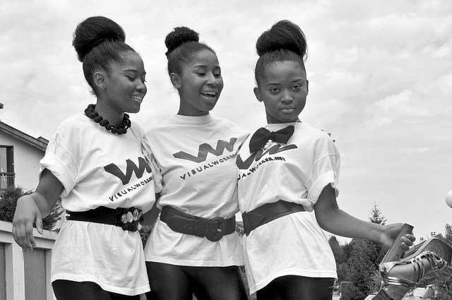 Mädchen mit bedruckten Shirts