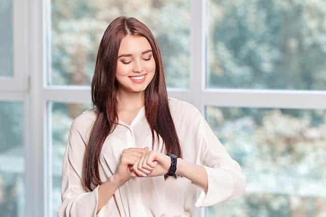 Frau mit Armbanduhr © depositphotos.com