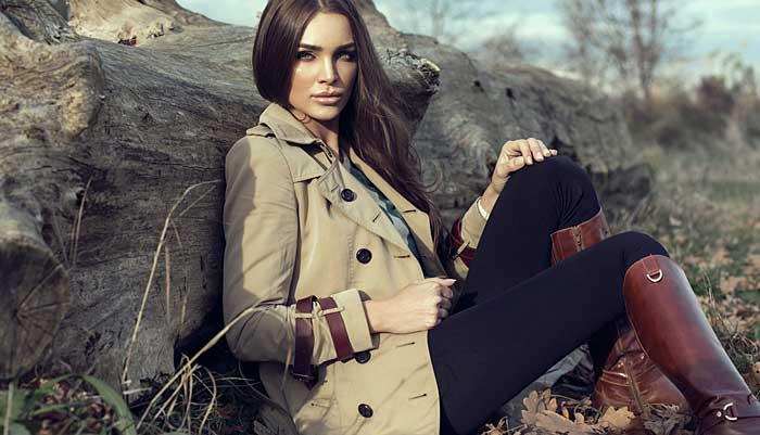 Hochwertige Mode mit Trenchcoat und Stiefel © depositphotos.com