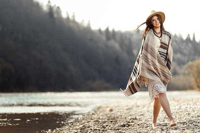 Herbstmode - Frau mit Poncho © depositphotos.com