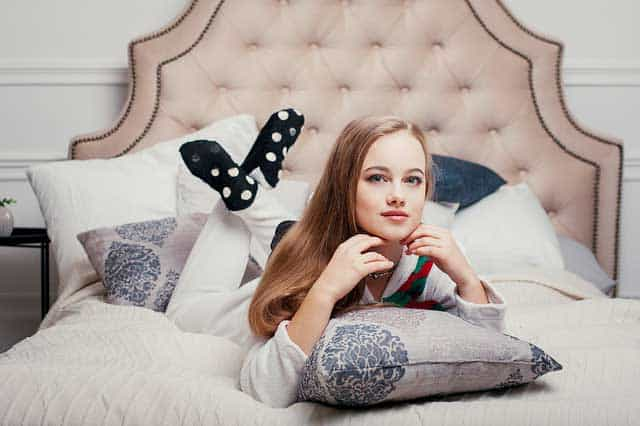 Bequem im Schlafanzug - Frau im Bett